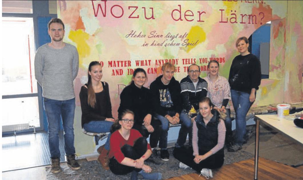 Farbenfrohe Literatur – Kunst-AG des Marie-Curie-Gymnasiums verschönert Wand im Foyer der Schule