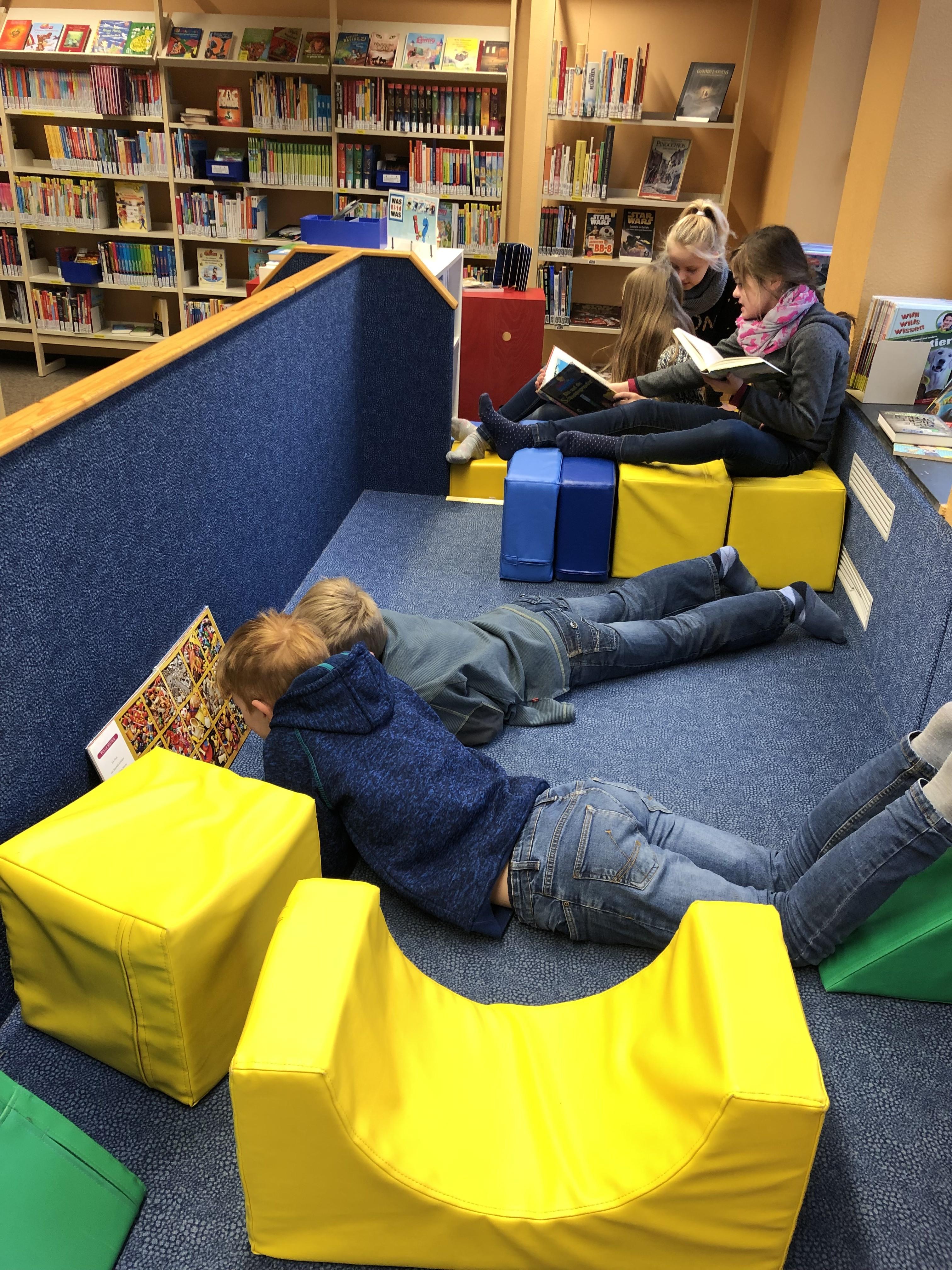 Unterricht in Bücherei und Kino