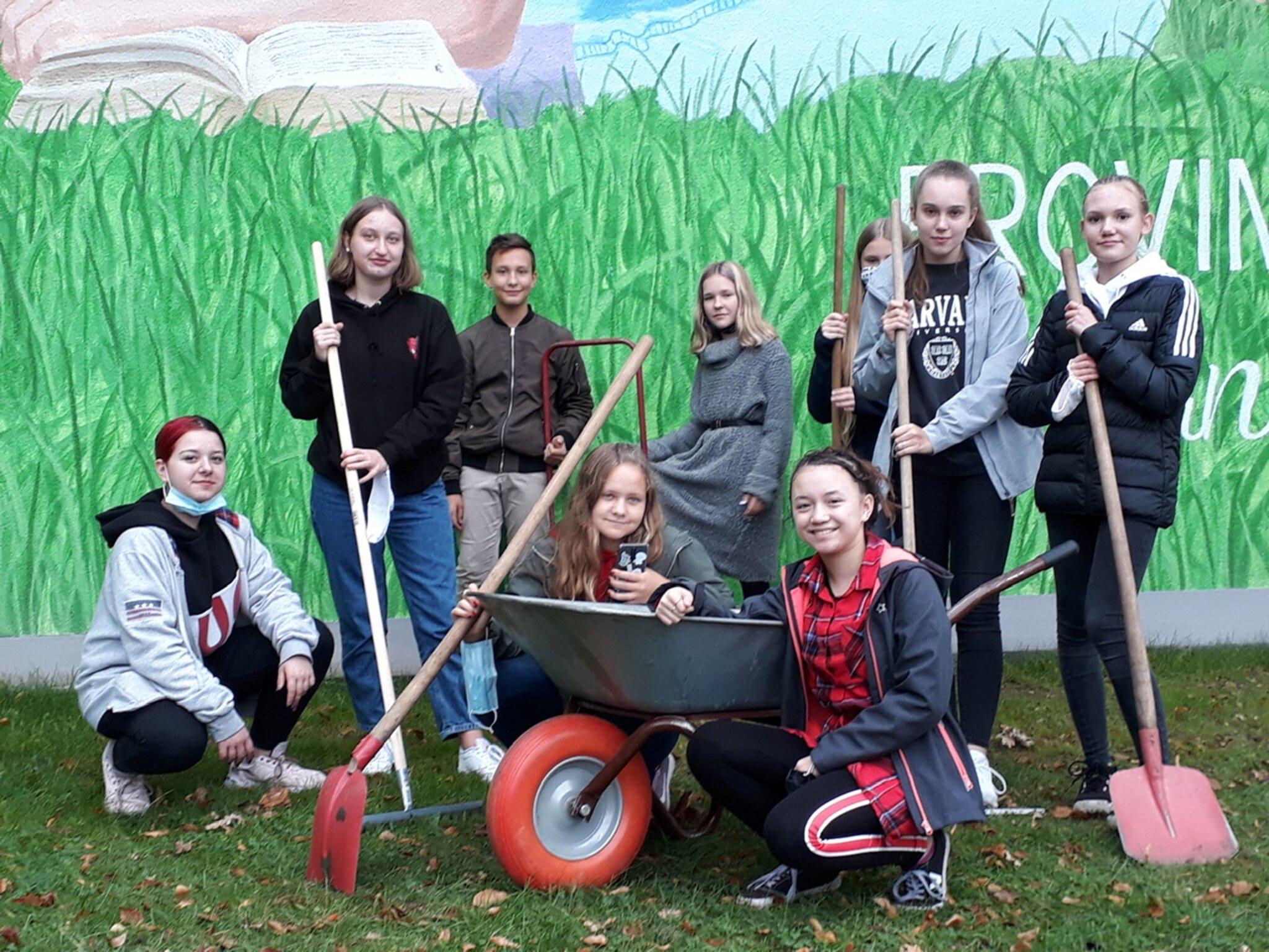 Umweltprojekt am MCG: Bönener Gymnasiasten pflanzen eine Blühwiese