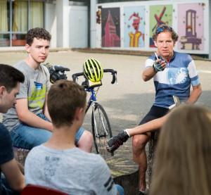 Martin C. Roos bei seiner Radtour durch Deutschland mit den Schüler*innen des MCG.