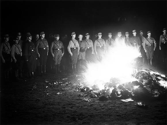 Gedenken an die Bücherverbrennung: SchülerInnen des MCG halten die Erinnerung lebendig und informieren